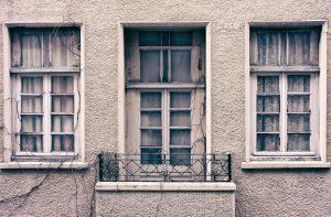 staré okná v dome
