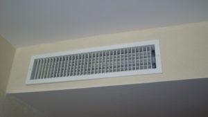Slabšia účinnosť chladenia, vyššie prevádzkové náklady, nižšia bezpečnosť. Toto všetko riskujete, keď sa pri používaní klimatizácie dopúšťate bežných chýb. Klíma vyzerá ako jednoduché zariadenie, ale skladá sa z mnohých častí. Aby fungovala na 100 %, všetky musia spoľahlivo pracovať. Máte zle nastavenú klimatizáciu a nestaráte sa o ňu? Môžu sa v nej vytvoriť mikroorganizmy, ktoré škodia pri dýchaní a spôsobujú alergie či astmu. Vyhnite sa týmto 15 chybám. Zachránite si peňaženku aj pľúca. H2: 1. Nemeníte alebo nečistíte filtre Na centrálnej klimatizačnej jednotke vymeňte alebo umyte filter aspoň raz za 3 mesiace. Závisí od frekvencie používania klímy. Zaváži aj to, či máte domáce zvieratá. Špinavý filter môže zapríčiniť slabé prúdenie vzduchu a zvýšiť prevádzkové náklady až o 15 %. H2: 2. Nerobíte každoročný servis Na internete nájdete videonávody, ako sa starať o klimatizáciu a robiť nutnú údržbu. Lepšie však spravíte, keď si zavoláte odborníkov na servis klimatizácie. Poradia vám, čomu sa vyhnúť a môžu odhaliť problémy, ktoré by neskôr viedli k oveľa horšieho stavu. H2: 3. Nemáte programovateľný termostat Naprogramovať správnu teplotu vám v priebehu roka ušetrí peniaze. Nemusíte sa o to starať vždy, keď odchádzate z domu. Keď je domácnosť prázdna, stupeň chladenia automaticky klesne. Nové termostaty môžete ovládať aj z mobilu. Jednoducho zapnete klímu, kým cestujete domov. A príjemný vzduch už na vás počká. H2: 4. Termostat nastavujete príliš nízko Každý stupeň Celzia, o ktorý zvýšite teplotu na termostate, vám ušetrí 3 % prevádzkových nákladov na chladenie. Ľudské telo sa v priebehu jedného až dvoch týždňov prispôsobí zmene vonkajšej teploty a už ju nevníma tak citlivo. A to je priestor na efektívnu prácu s nastavením termostatu. Niektorí používatelia klimatizácie robia jednu zásadnú chybu. Na termostate nastavia nižšiu teplotu, ako akútne potrebujú. Myslia si, že sa tak skôr ochladí na teplotu, ktorá im postačuje. V praxi to však znamená iba to, že klimatizácia 